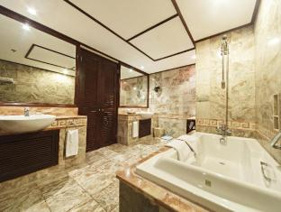 Waterfront Airport Hotel and Casino Mactan Cebu - Ambassador Suite Bathroom