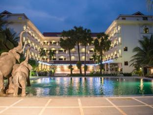 Ree Hotel Siem Reap - Back View at night