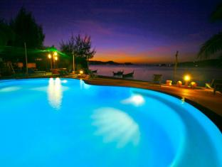 Aochalong Villa & Spa Phuket - Swimming pool in evening