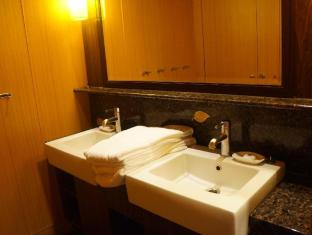 Noah's Ark Resort Hong Kong - Bathroom inside dormitory room