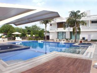 Hotel Clark Greens - Airport Hotel & Spa Resorts New Delhi and NCR - Swimming Pool