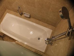 Travellers Hotel Jakarta - room with bathtub & shower