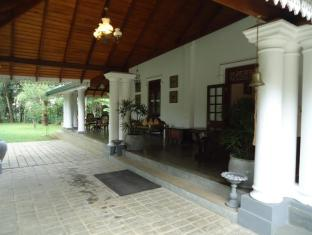 The Sanctuary Lodge Colombo - Entrance to the hotel