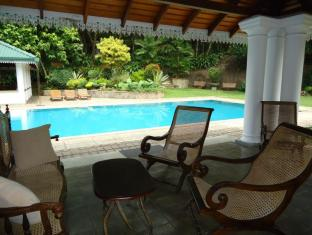 The Sanctuary Lodge Colombo - Lounge by the pool
