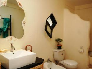 Charts Resort & Art Cafe Panglao Island - Suite Bathroom