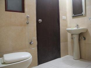 Hotel Airport City New Delhi and NCR - Family Room Bathroom