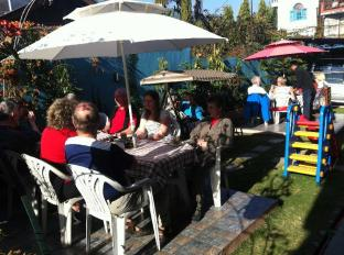 Hotel Trekkers Inn Pokhara - Lunch in Garden