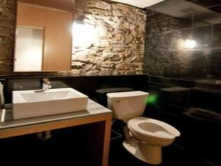 Hotel Ocho Toronto (ON) - Contemporary Unisex Washrooms