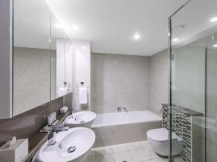 Meriton Serviced Apartments Adelaide Street Brisbane - Bathroom