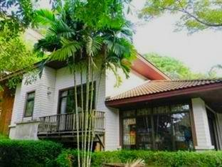 Phuket Nature Home Resort at Naiyang Beach פוקט - בית המלון מבחוץ