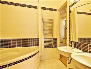 City Center Apartments - Bajnok 17 Budapest - Bathroom with walk in shower