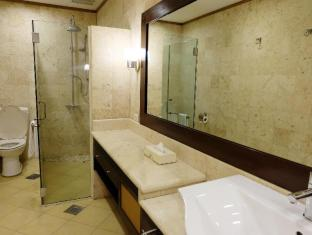 Hollywood Suites Mactan Island - Executive Suite Bathroom