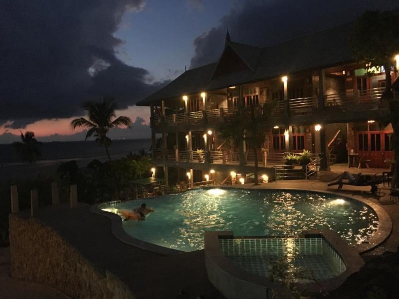 โรงแรมซี ร็อค (Sea Rock Hotel)