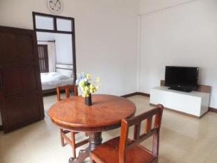 Villa Lao Apartment Vientiane - Kitchen and living room