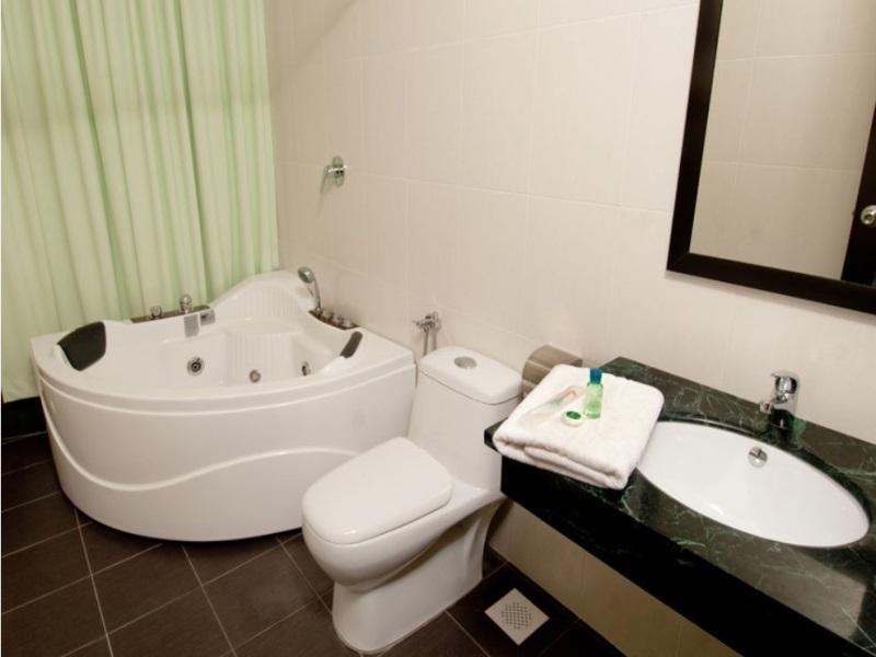 S Bee Hotel - Bathroom
