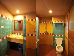Casa Brazil Homestay & Gallery Phuket - Bathroom