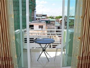 Green Centre Point Inn Phnom Penh - Balcony with table and chairs for your relaxation