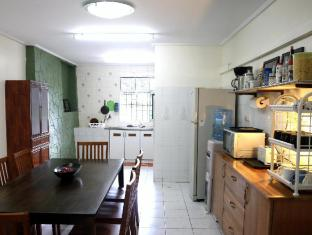 Morning Glory Guest House Kuching - Kitchen and dining area