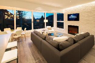 3 bed Contemporary Ski in/ out with great views!