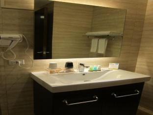Ace Hotel & Suites Manila - Bathroom