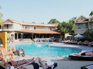 Whispering Palms Beach Resort North Goa - Piscina