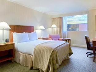 Front view of Hilton Akron Fairlawn