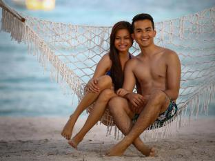 Bohol Beach Club Resort Panglao Island - couple on hammock