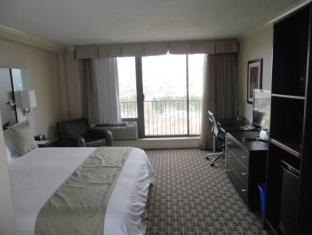 Park Inn & Suites by Radisson Vancouver (BC) - Guest Room