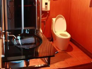 Bangplamo River View Resort guestroom junior suite