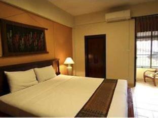 Tadkham Village Hotel guestroom junior suite