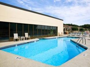 Ramada Inn Bradley Hotel Windsor Locks (CT) - Swimming Pool