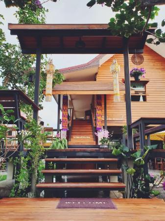 Tranquil wooden home | big garden | Thai breakfast Chiang Mai