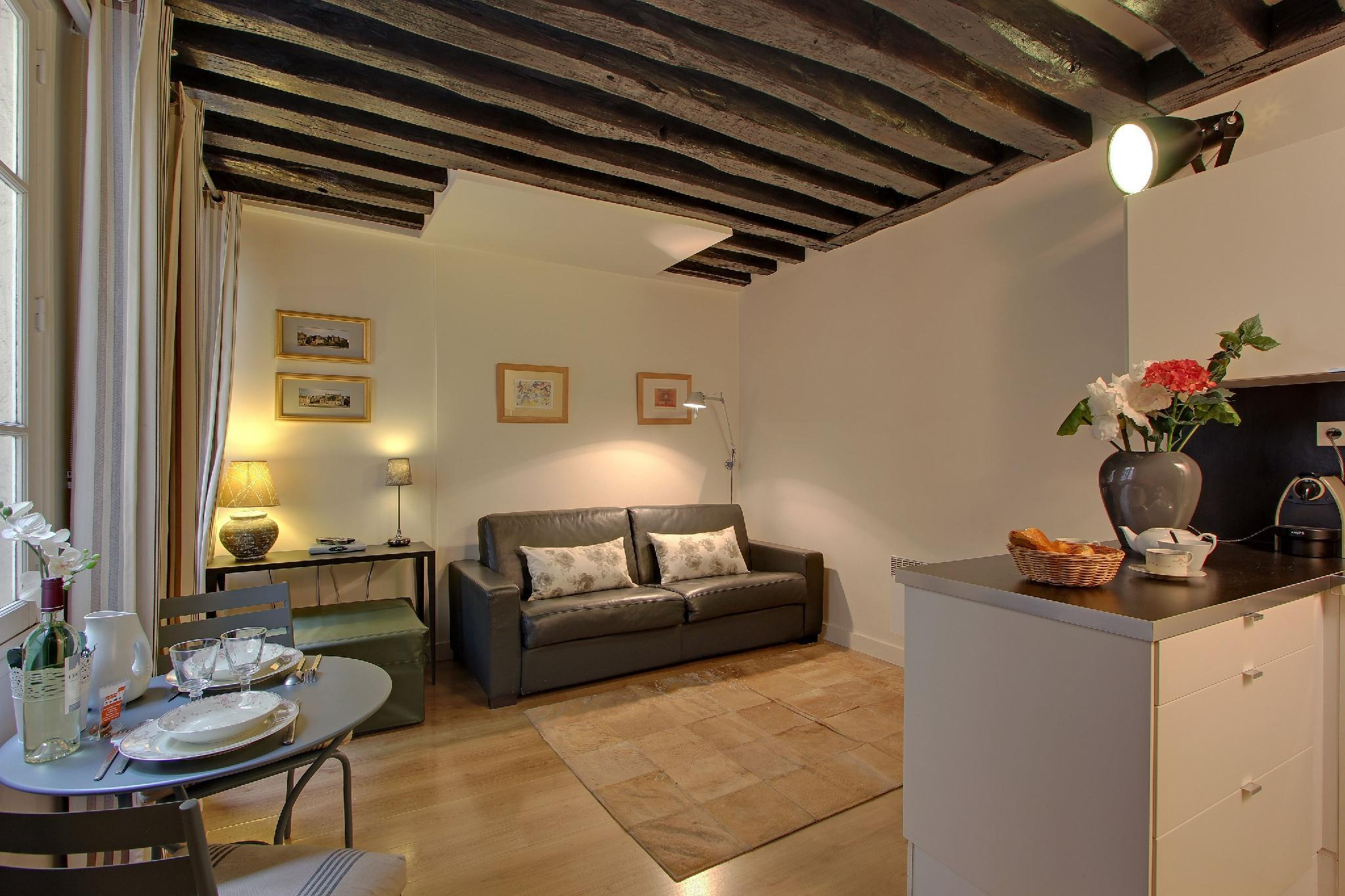 S01223 - A lovely studio overlooking a courtyard for 2 people between Les Halles and Louvre