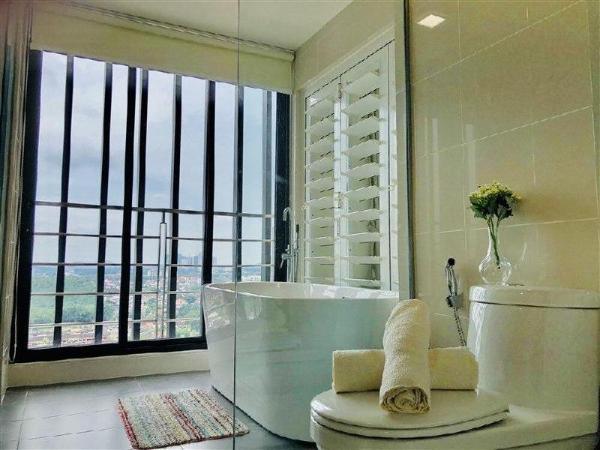 Southkey Mosaic, Happiness bathtub by HomestayJB Johor Bahru