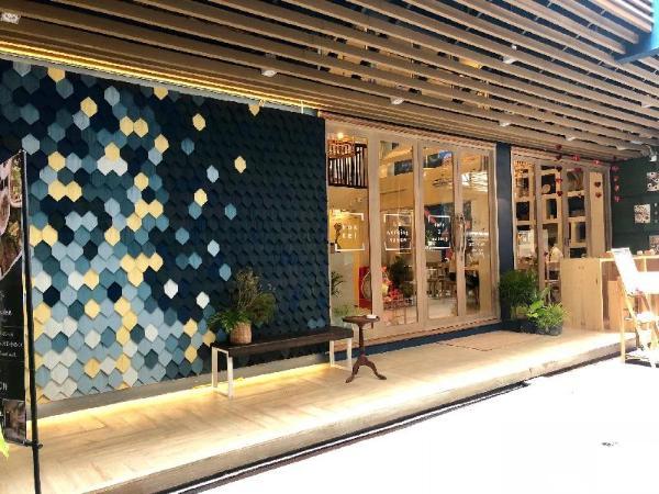 Kinnon Deluxe Hostel Coworking Cafe Bangkok