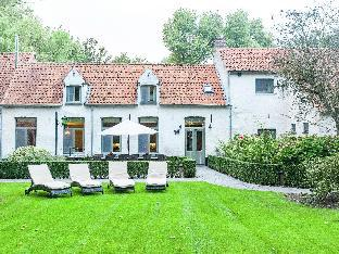 Authentic 18th century farmhouse with fireplace  located near Bruges