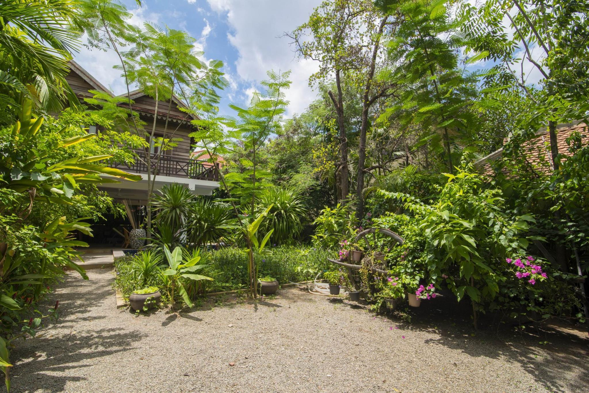 Enkosa 4 Bed Luxury Traditional House + Pool And Bar
