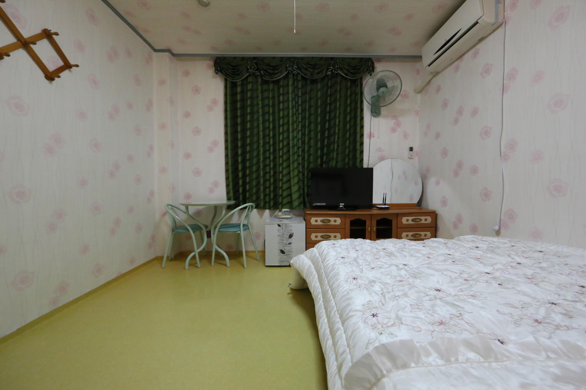 Price Golden BitchtelB room