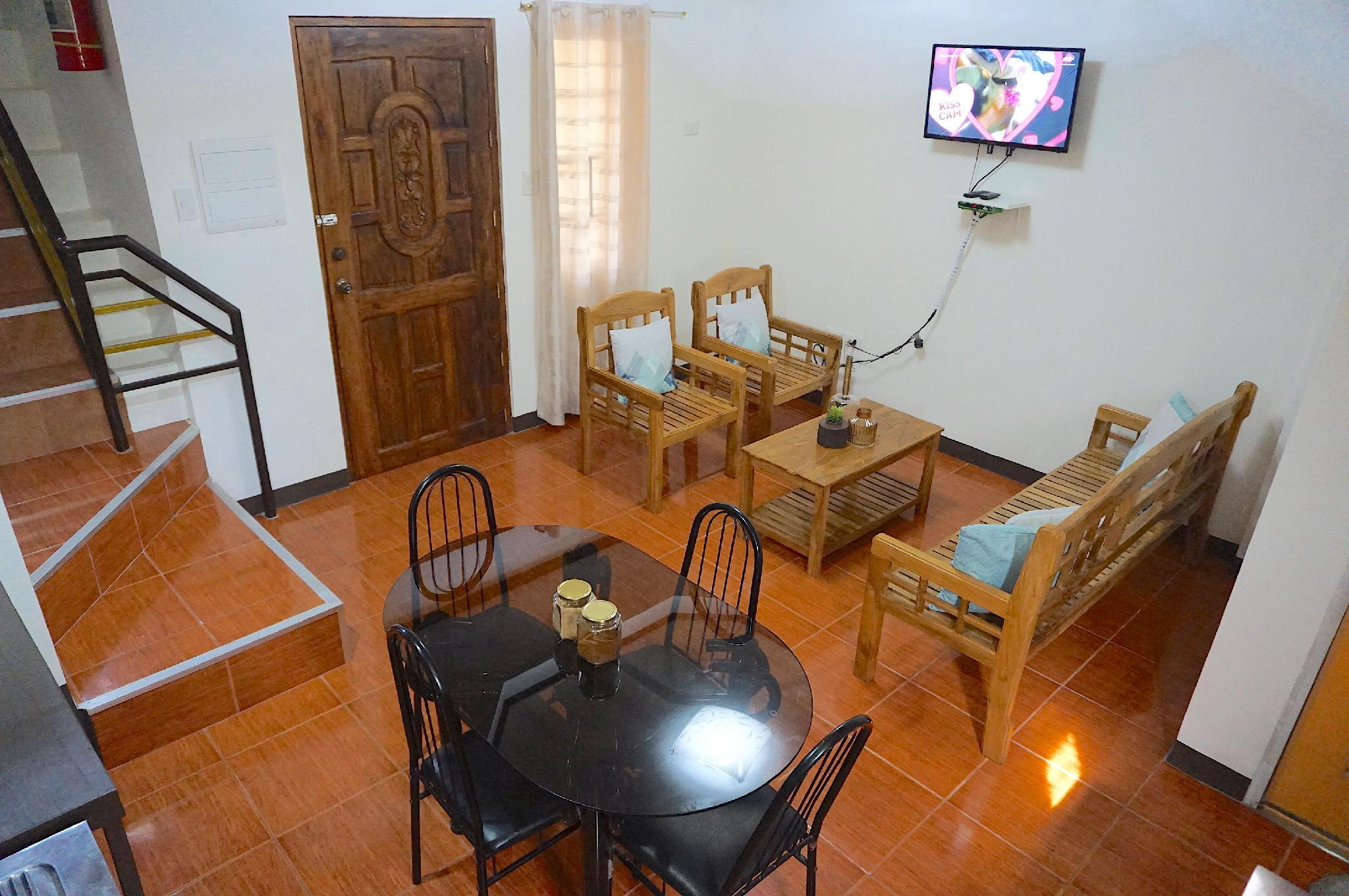 3 Bedroom Home In The City   Cozy And Quiet  01