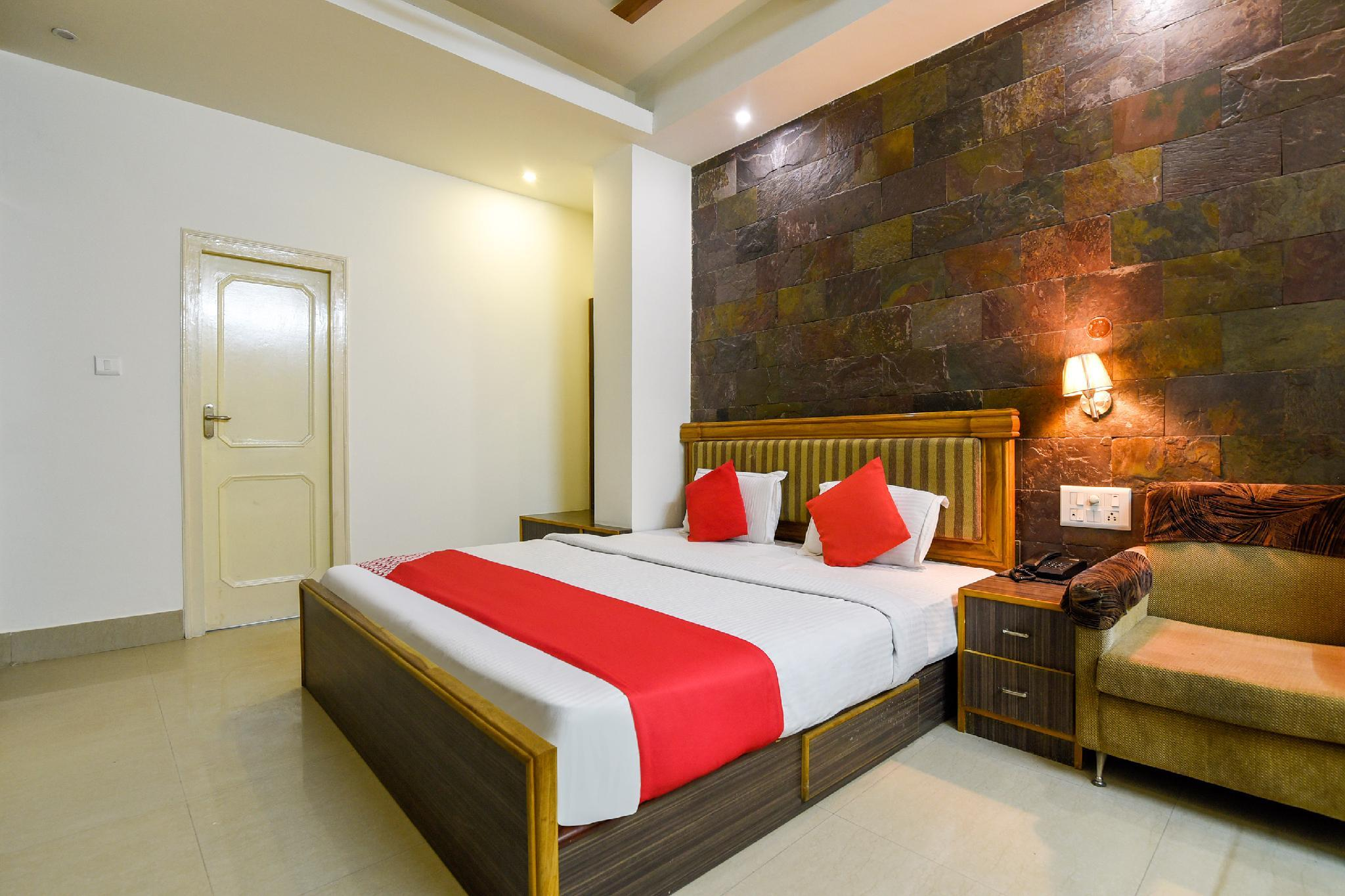 OYO 30420 Hotel Shagun