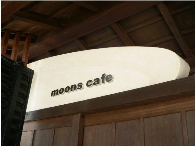 Moons Caf�