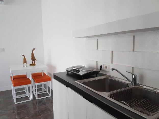 Large, secluded one bed apartment - walk to beach