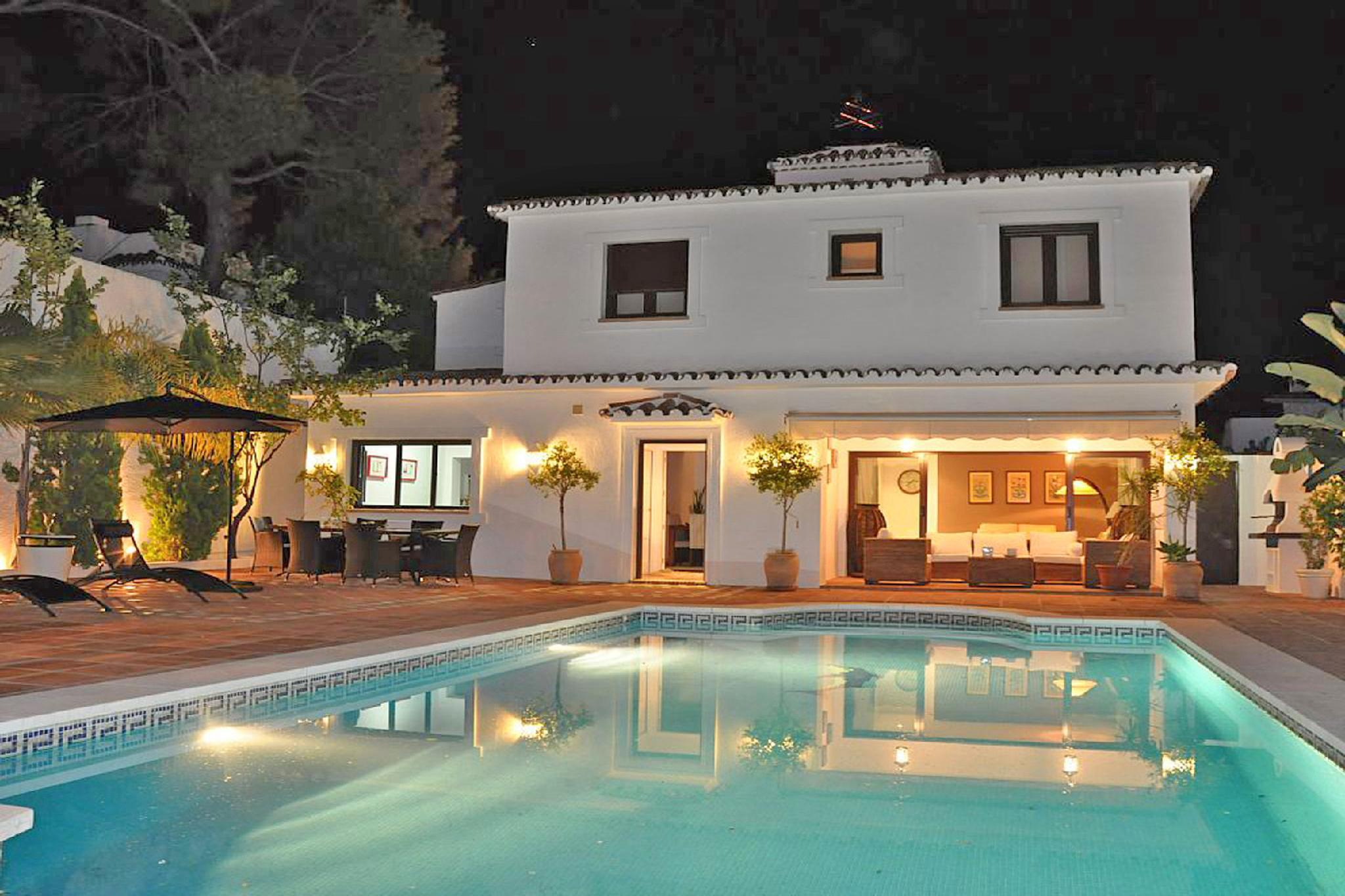 Villa with HEATED Pool, Lounge, direct Marbella