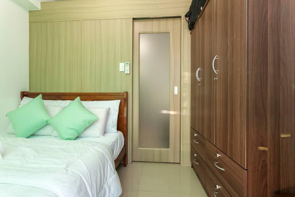 SAFE & CLEAN 1 BEDROOM W BALCONY & FREE PARKING.