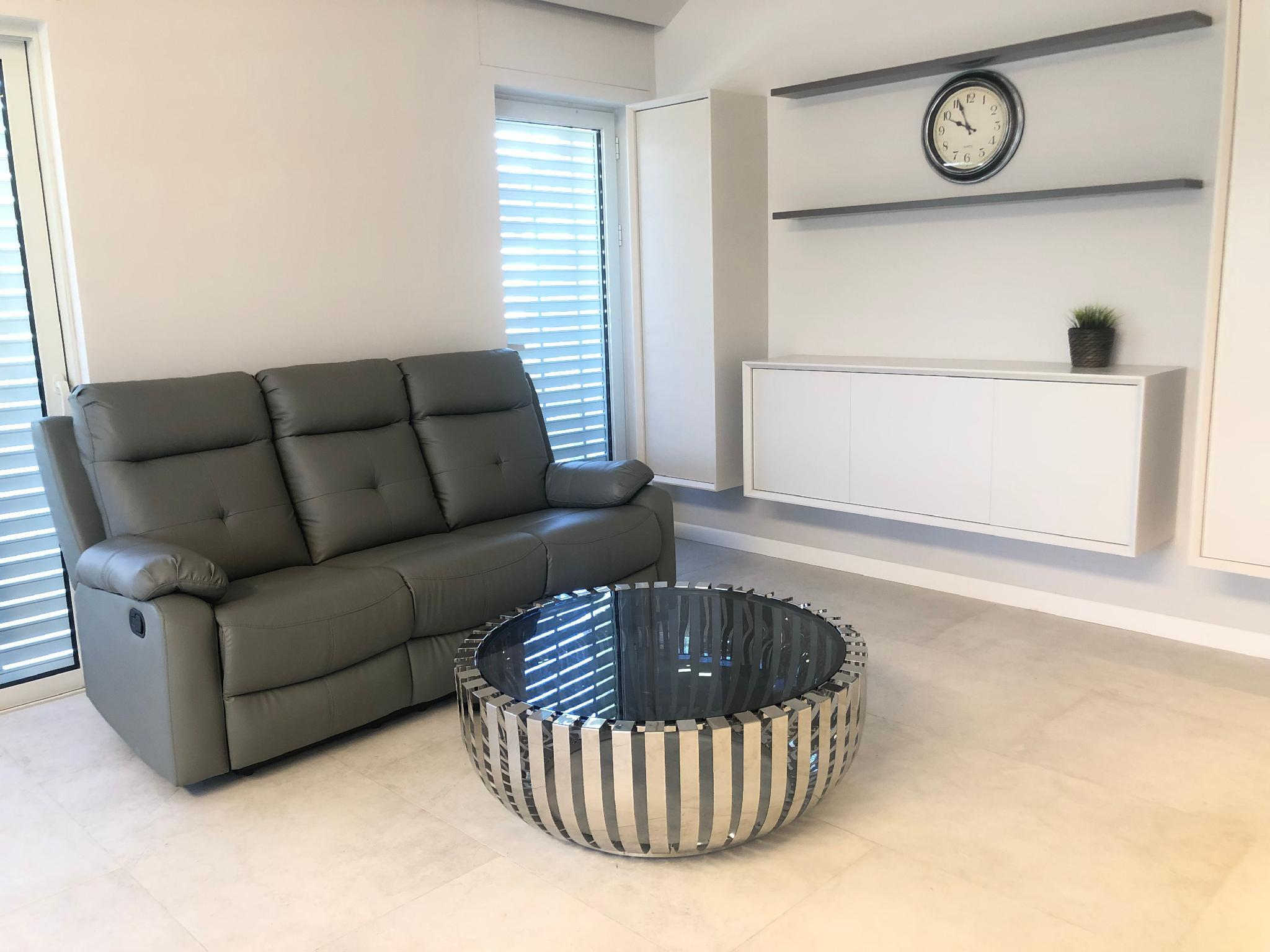 Chic And Spacious 3 BR On Nachlaot
