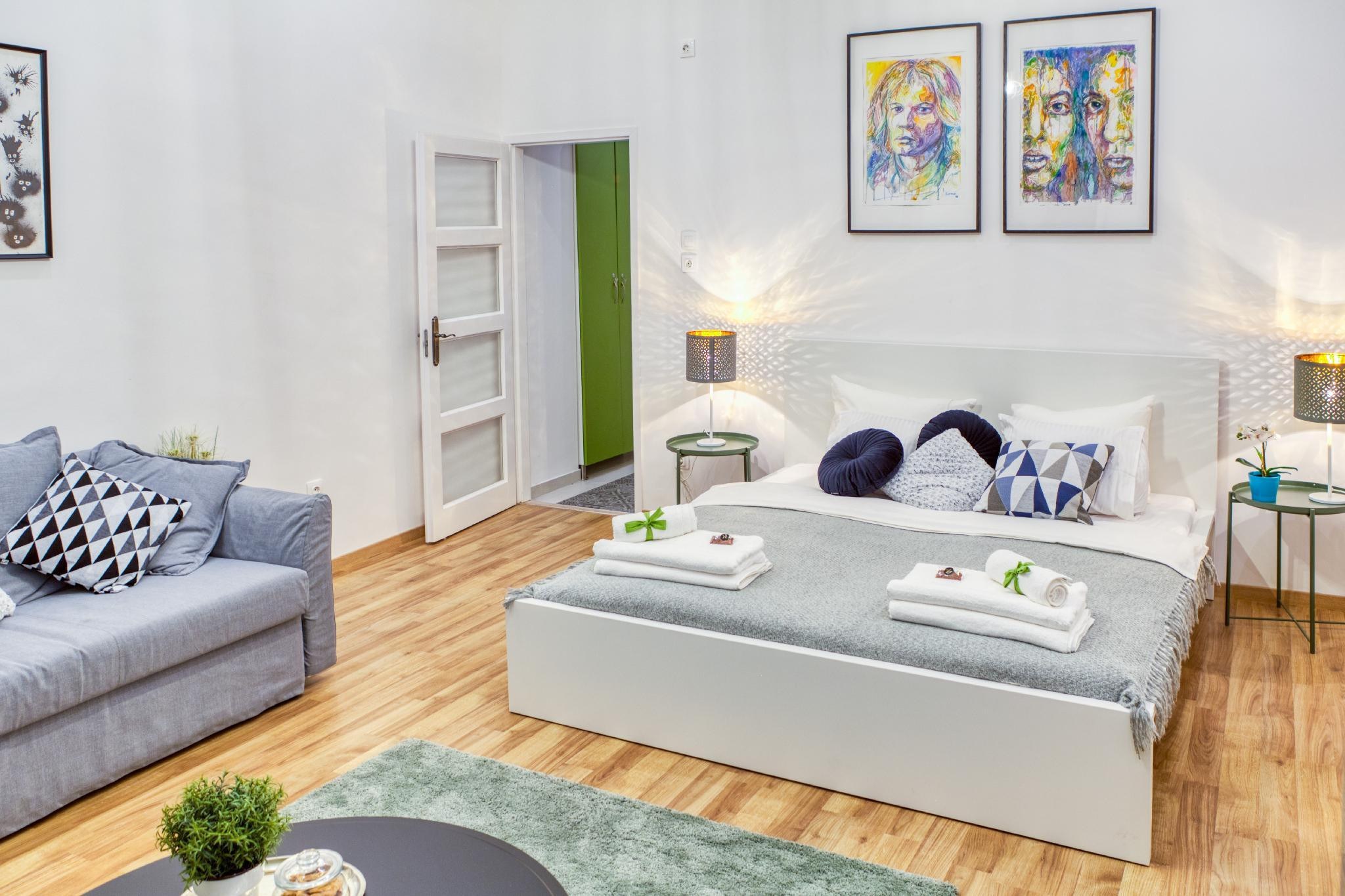 Bright Artsy Studio With Netflix In The CityCenter