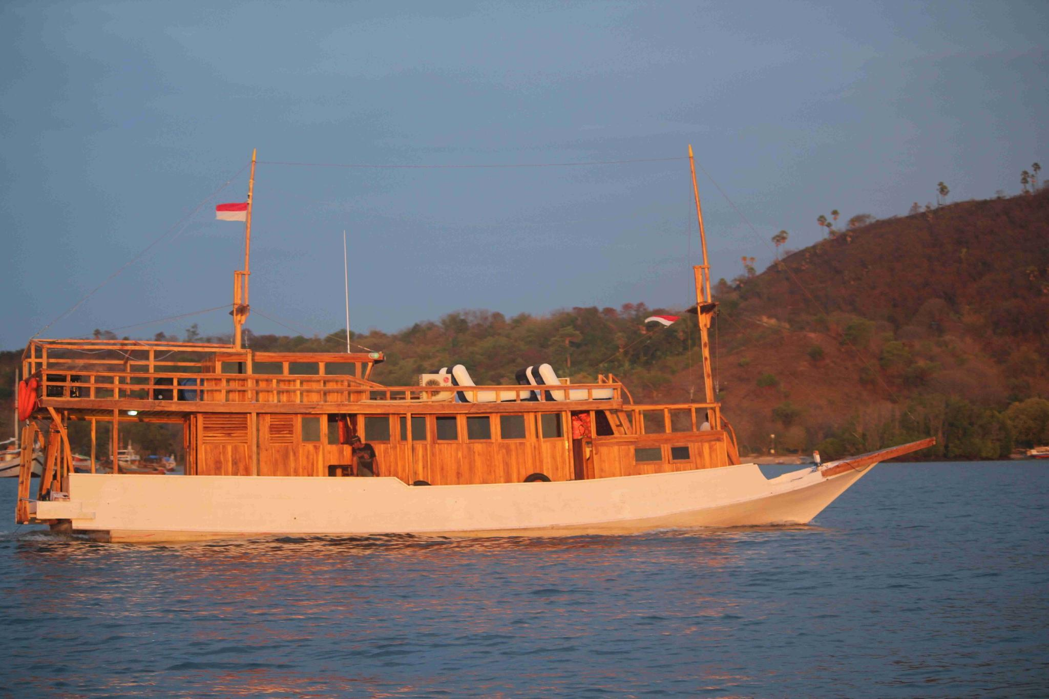 Boat Charter KM Caroline Live On Boat