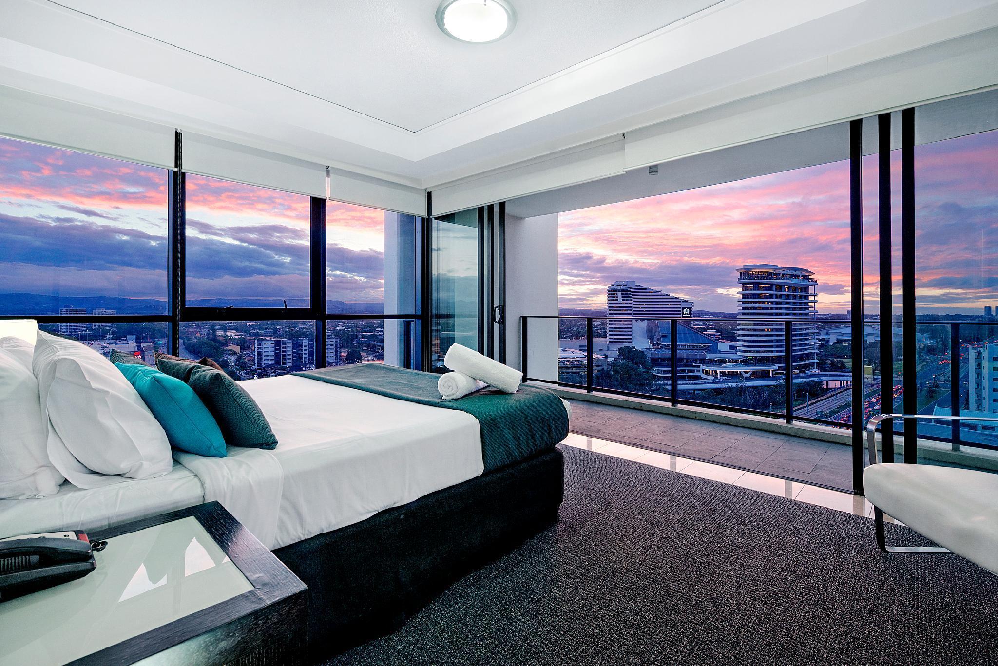 Huge 3 Bedroom Sleeping 8  Best Location