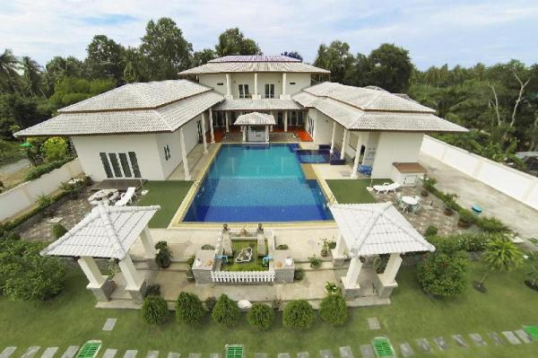 Huay Yai Manor | 7 BR Luxury Villa with Minibus Pattaya