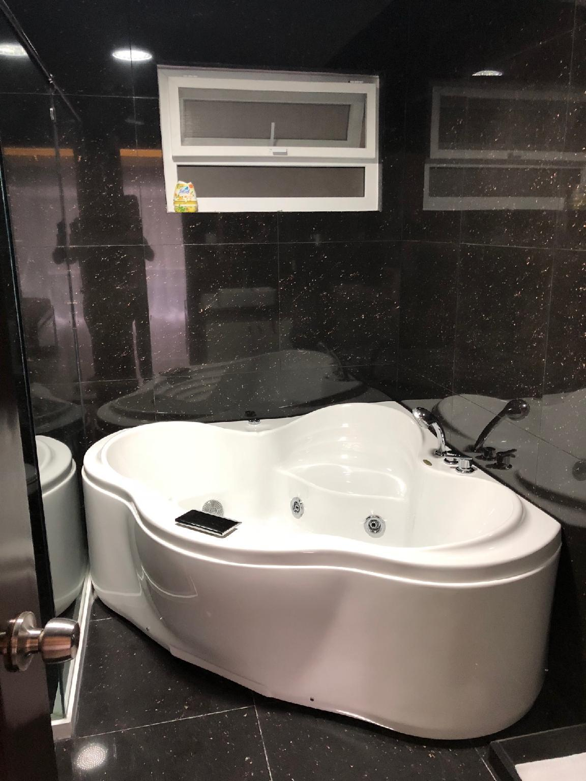 Great Luxurious 1 BR W Jacuzzi In Great Building
